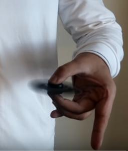 changement de main avec un fidget entre le pouce et le majeur